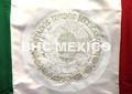 Escudo Nacional tipo Moneda bordado hilo plata en bandera de 90x158 cm.