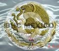 Escudo Nacional bordado con canutillo de oro en bandera de 90x158 cm.